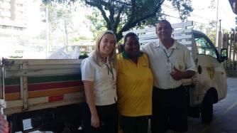 Colaboradores Fernanda, Elisângela e Valdemar prontos para levar as doações