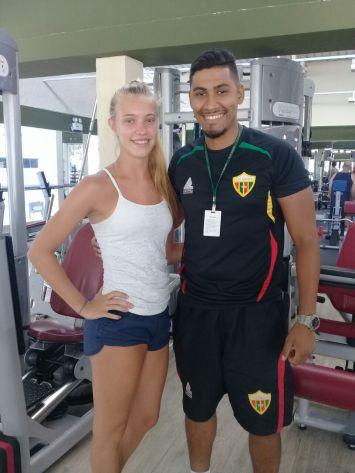 Associada Helena da Silveira Nunes com o professor Roberto Andrade na academia do Clube