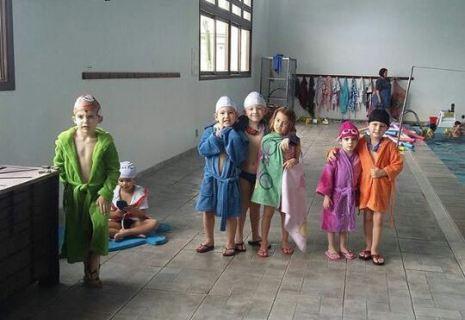 Pequenos da Piazito fazendo atividades na piscina térmica